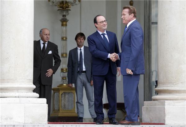 Hollande meets with Arnold Schwarzenegger in Paris