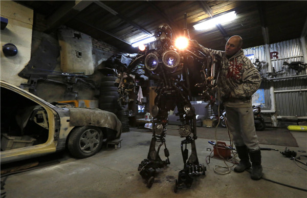 Mechanic creats mobile robots made of used car parts[3