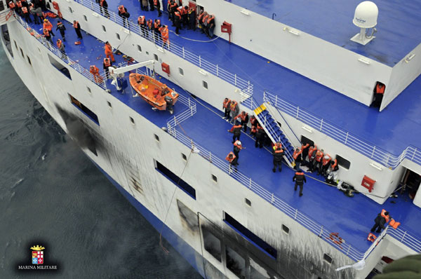 265rescuedfromburningferry[1]-Chinadaily.c视频陆霸越野图片