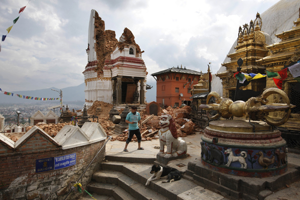Quake death toll passes 7,000, fate of Nepal heritage unsure