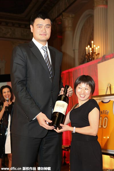 Yao Ming close to Yao Ming And Family