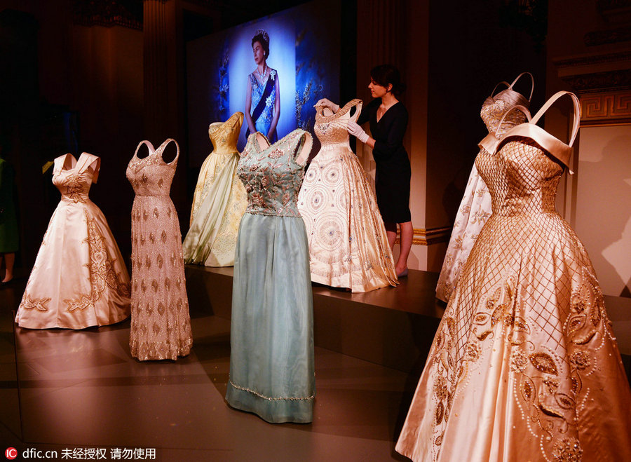 UK Queen Elizabeth\'s fashion through the ages goes on display[2 ...