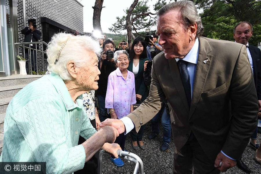 germanys former chancellor gerhard schroder shakes hands with a comfort woman in gwangju city south korea on sept 11 photovcg - Gerhard Schroder Lebenslauf