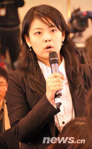 两会美女记者风采(2) 陈涛 摄