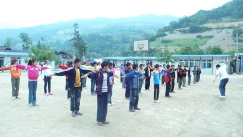 受中国日报资助的四川平武坝子小学学生在上体育课 (付敬 摄影)