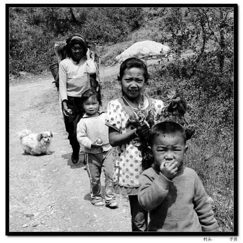几位彝族老人,饱经风霜的脸上爬满了皱纹,头发已经花白,一双炯炯