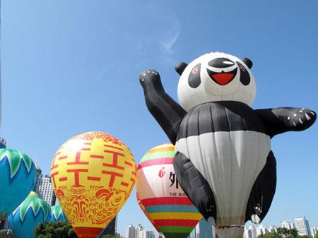 活动现场,一些熊猫造型,画有京剧脸谱图案等造型独特的热气球受到图片
