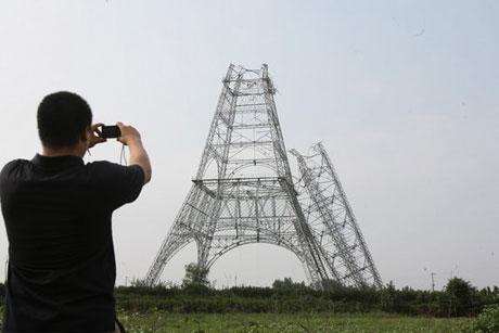 塔体为四柱角钢半组合钢结构