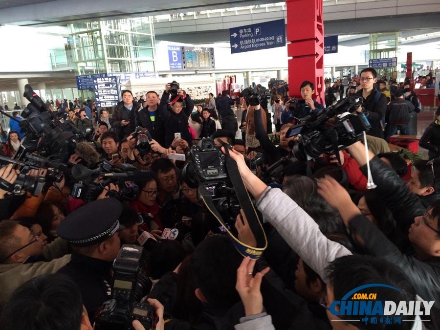 北京/3月8日,在北京首都国际机场T3航站楼,媒体在采访。