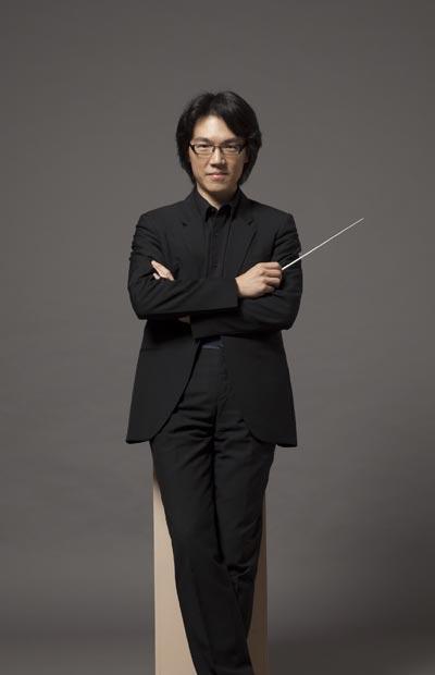 The conductor raises his baton