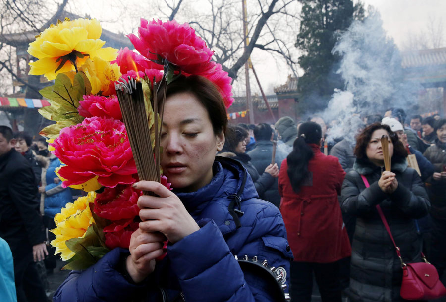 People pray on the first day of Chinese New Year[1]- Chinadaily.com.cn