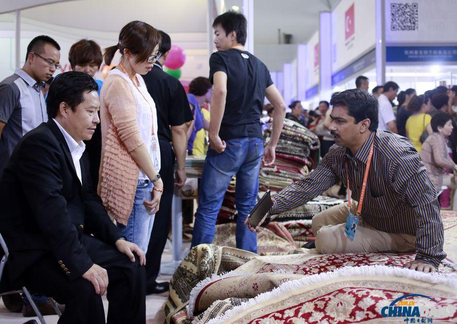 市民进入亚欧博览会展馆参观