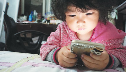 zhangchao s daughter shangmingzhu looks at a photo of her