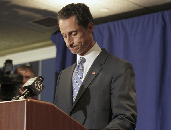 US Rep. Weiner resigns in lewd photo scandal