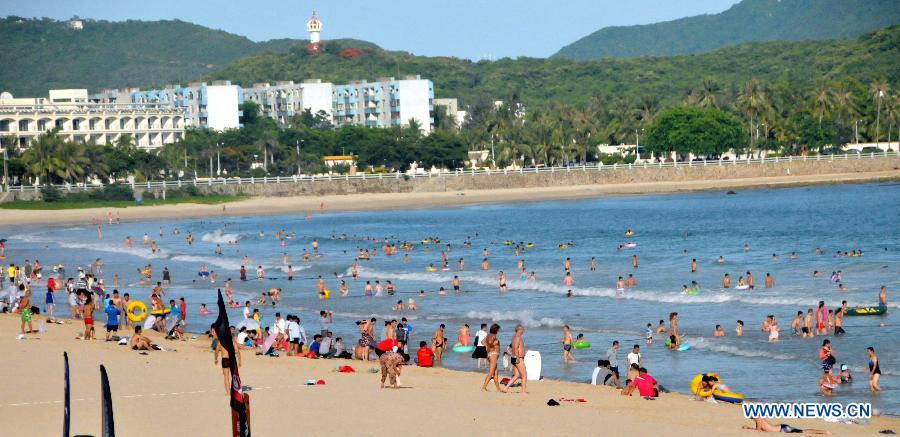 Tourists Keep Away From Heat In Sanya
