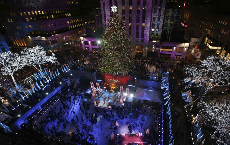 Nyc During Christmas.Christmas Tree Lit Up In Manhattan Nyc 1 Chinadaily Com Cn